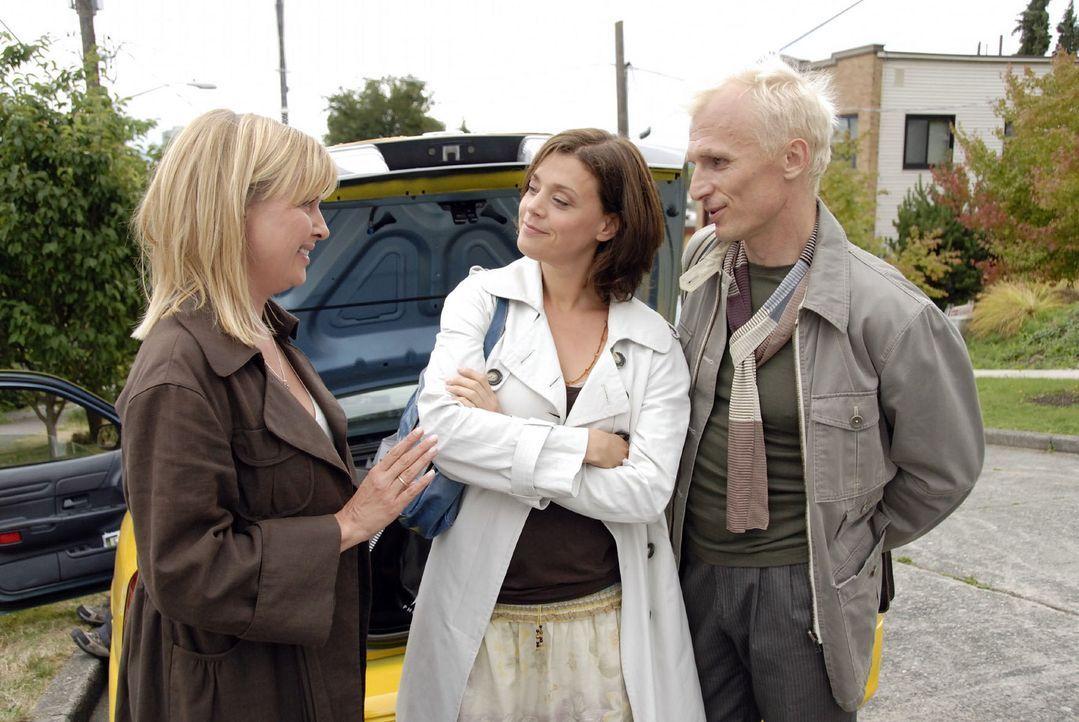 Das Taxi zum Flughafen wartet. Nika (Katharina Böhm, l.), Barbara (Dominique Chiout, M.) und Wolfgang (Richard Sammel, r.) warten nur noch auf Olive... - Bildquelle: Jason Ganwich Sat.1