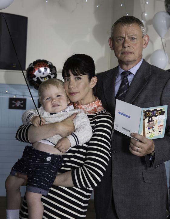 (7. Staffel) - Versuchen alles, um ihre Ehe zu retten: Doc Martin (Martin Clunes, r.) und Louisa (Caroline Catz, l.) ... - Bildquelle: Neil Genower IN LETZTER MINUTE