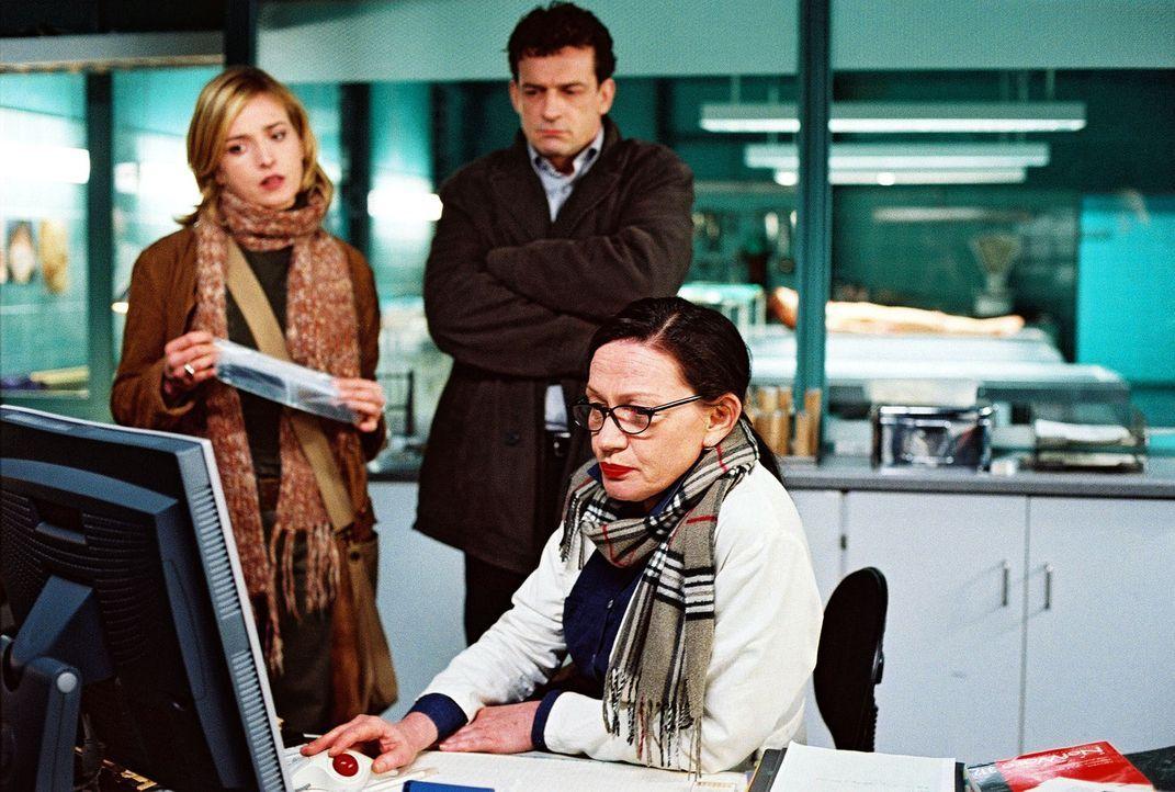 Dr. Heitmann (Karin Neuhäuser, r.) klärt Steiner (Thomas Sarbacher, M.) und seine Assistentin Julia Gerling (Katharina Abt, l.) über die Haarsträhne... - Bildquelle: Thomas Kost Sat.1