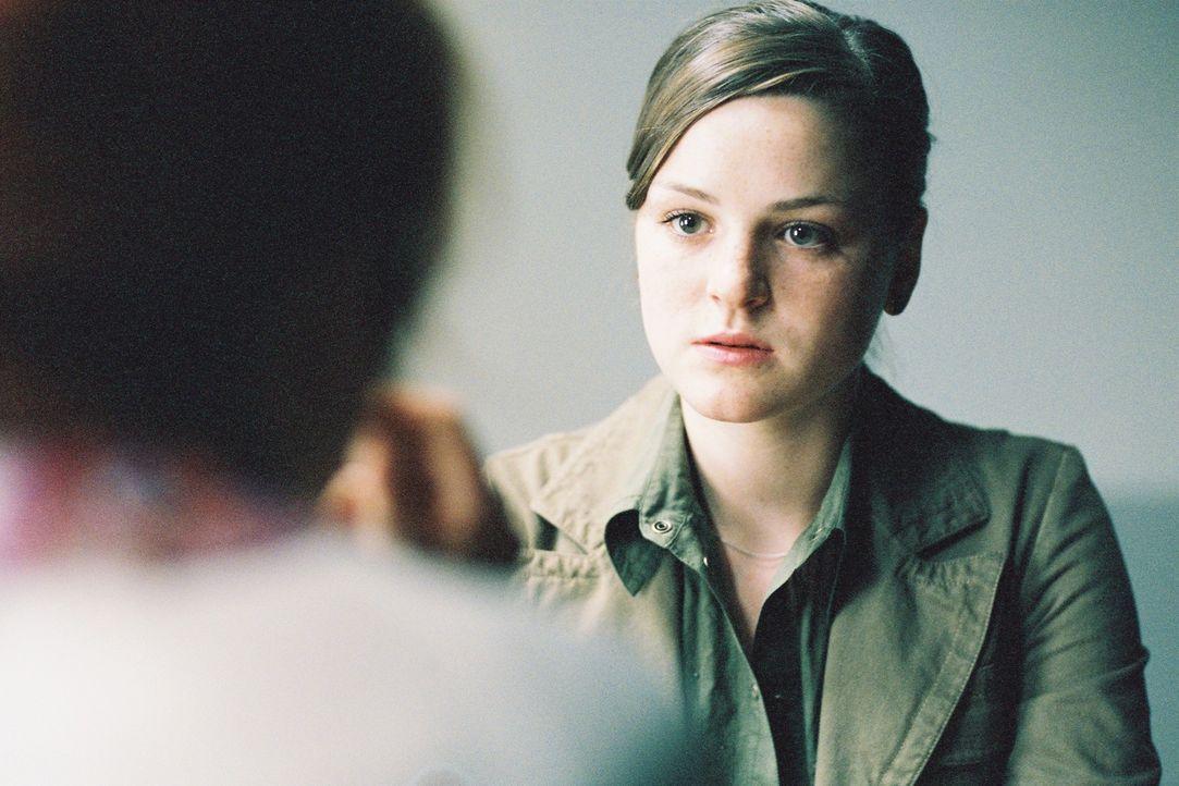 Sarah (Laura-Charlotte Syniawa, r.) eröffnet ihrer inhaftierten Mutter Petra (Ulrike Krumbiegel, l.), dass sie ihren Vater treffen wird. - Bildquelle: Tom Trambow Sat.1