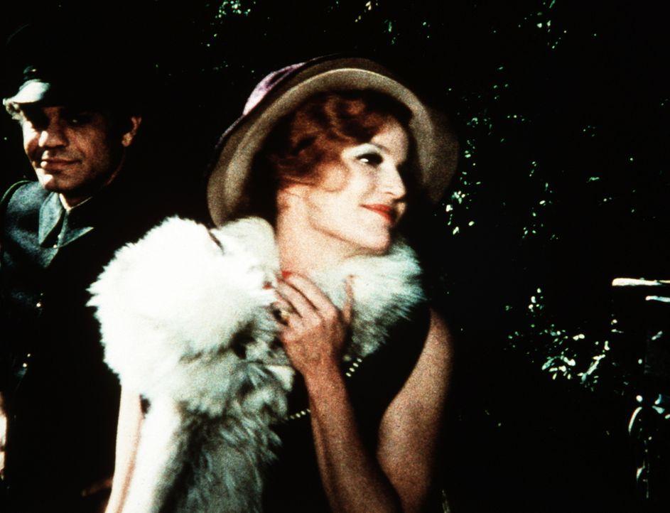 Alvira Drummond (Pippa Scott, r.), die berühmte Schauspielerin, freut sich zusammen mit ihrem Chauffeur (Ray Sutton, l.), dass ihre Berühmtheit selb... - Bildquelle: WARNER BROS. INTERNATIONAL TELEVISION