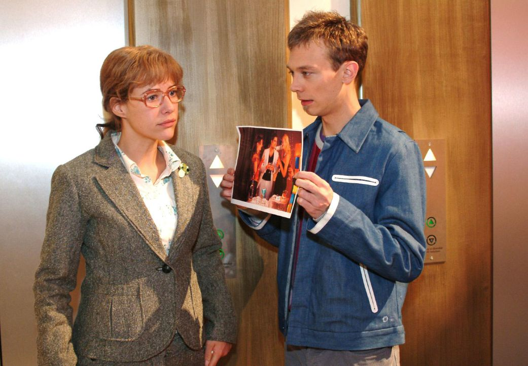 Lisa (Alexandra Neldel, l.) ist immer noch davon überzeugt, dass David etwas Schreckliches zugestoßen ist - bis Jürgen (Oliver Bokern, r.) ihr ein F... - Bildquelle: Monika Schürle Sat.1