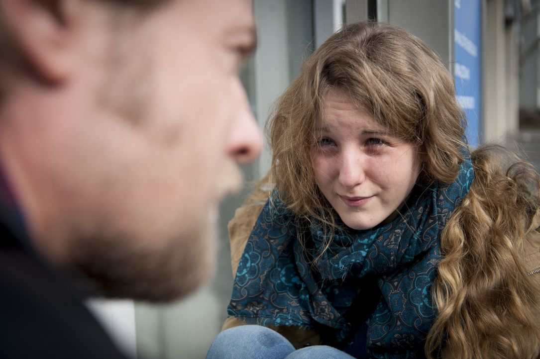 Mick (Henning Baum, l.) bemerkt die junge Annika (Katharina Wolfert, r.), die völlig aufgelöst vor dem Präsidium sitzt. Sie behauptet, ihre Mutter g... - Bildquelle: Martin Rottenkolber SAT.1