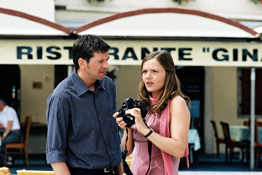 Jans (Kai Wiesinger, l.) Freundin Susanne (Laura Schuhrk, r.) ist in Italien eingetroffen, um sich um die Vermarktung der Villa Liberta zu kümmern. - Bildquelle: Walter Wehner Sat.1