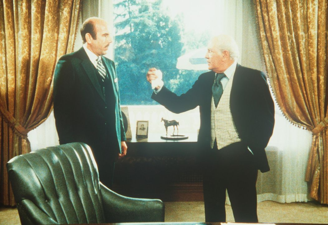 Der Hotelbesitzer Jay Armin (Stephen Elliott, r.) wird allmählich nervös und herrscht seinen Komplizen an. - Bildquelle: CBS Television