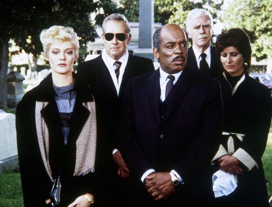Lee Stetson scheint dem Attentäter zum Opfer gefallen zu sein. Während Francine (Martha Smith, l.) und Billy (Mel Stewart, M.) an seinem Begräbnis t... - Bildquelle: CBS Television