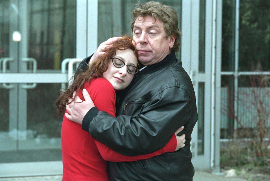 Carlo (Armin Rohde, r.) wird von Lauras (Kati Eyssen, l.) plötzlichen Gefühlsbekundungen überrascht. - Bildquelle: Volker Roloff Sat.1