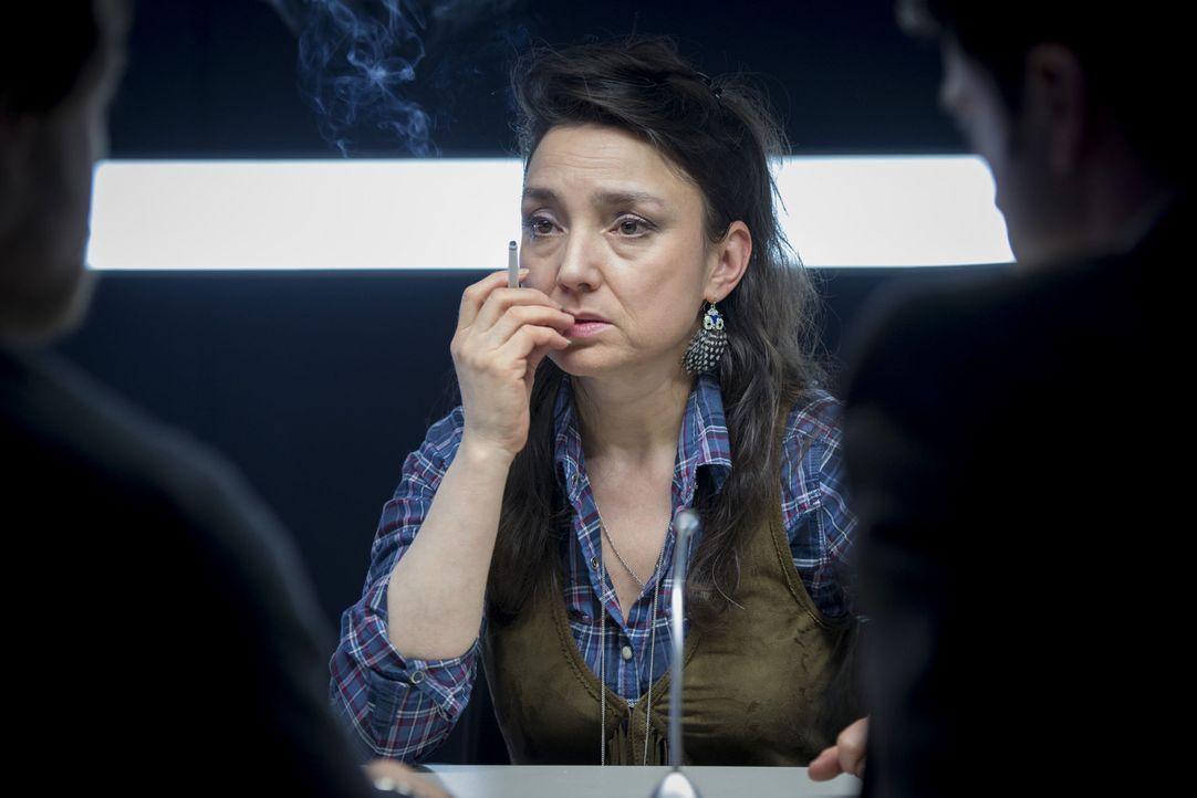 Uschi (Tatjana Clasing) erwacht in einer fremden Wohnung mit einem Filmriss. Neben ihr liegt eine Leiche: ihr Vermieter Wilhelm Inck - erschlagen in... - Bildquelle: Martin Rottenkolber SAT.1