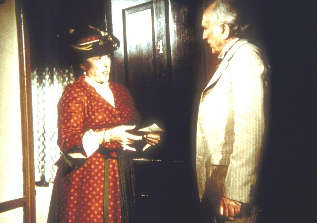 Mrs. Oleson (Katherine MacGregor, l.) versucht, Elliott Reed (John McLiam, r.) eine weitere böse Klatschgeschichte anzudrehen. - Bildquelle: Worldvision