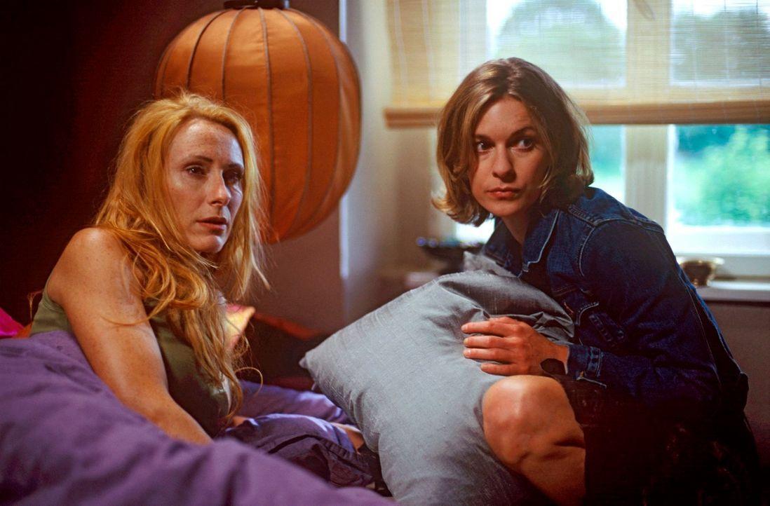 Kate (Lisa Martinek, r.) und Malise (Andrea Sawatzki, l.) haben im Haus seltsame Geräusche gehört! - Bildquelle: Kerstin Stelter Sat.1