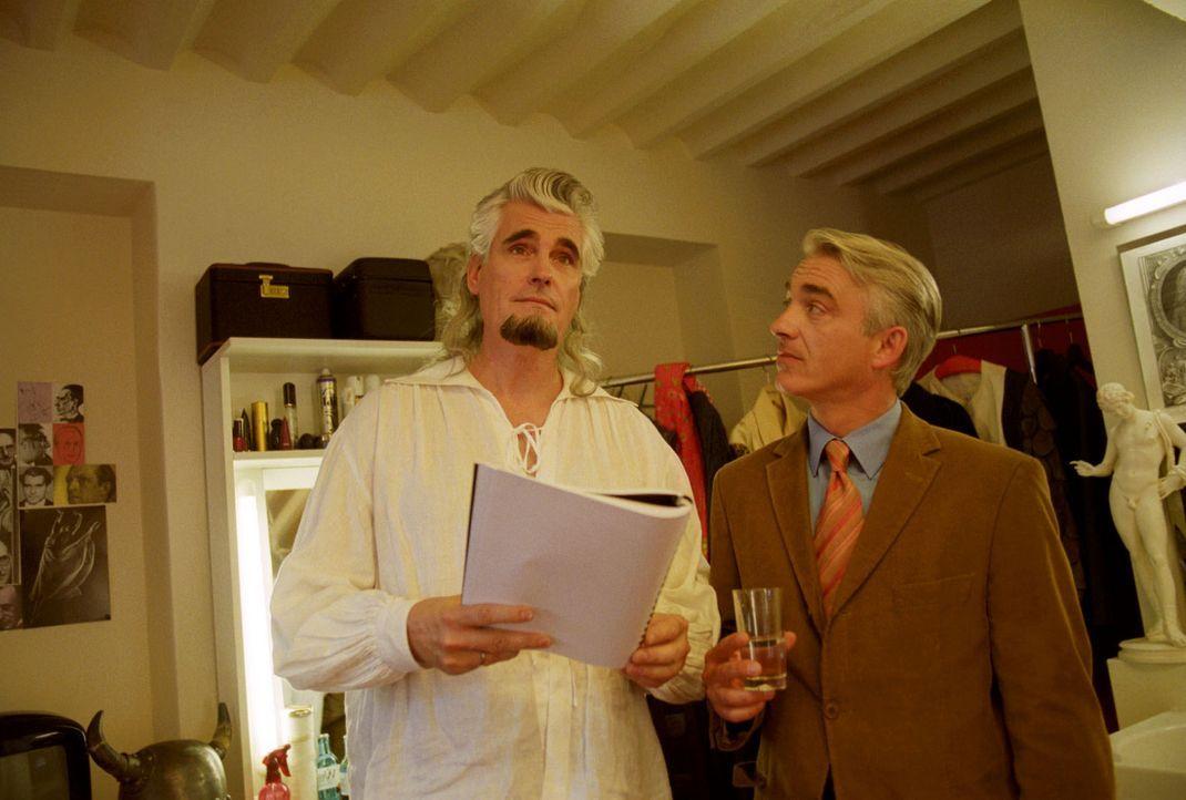 Opernstar Franz Rudelius (Sky du Mont, l.) empört sich vor Felix Edel (Christoph M. Ohrt, r.) über den Roman seiner Ex-Frau. Die Hauptfigur des Roma... - Bildquelle: Hardy Spitz Sat.1