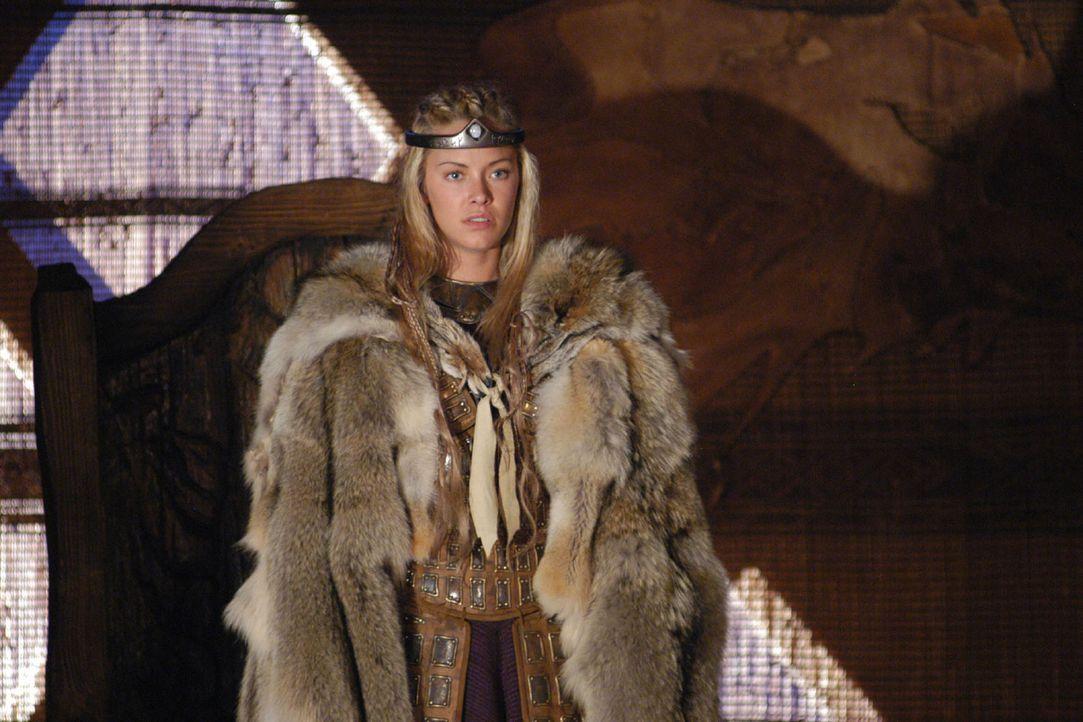 Brunhild (Kristanna Loken) empfängt ihre Besucher. Als sie Siegfried wiedersieht, ist sie überglücklich. Umso größer ist ihr Schock, als nicht er, s... - Bildquelle: Sat.1/© 2004 Tandem Communications/VIP Medienfonds 2&3 TANDEM PRODUCTIONS