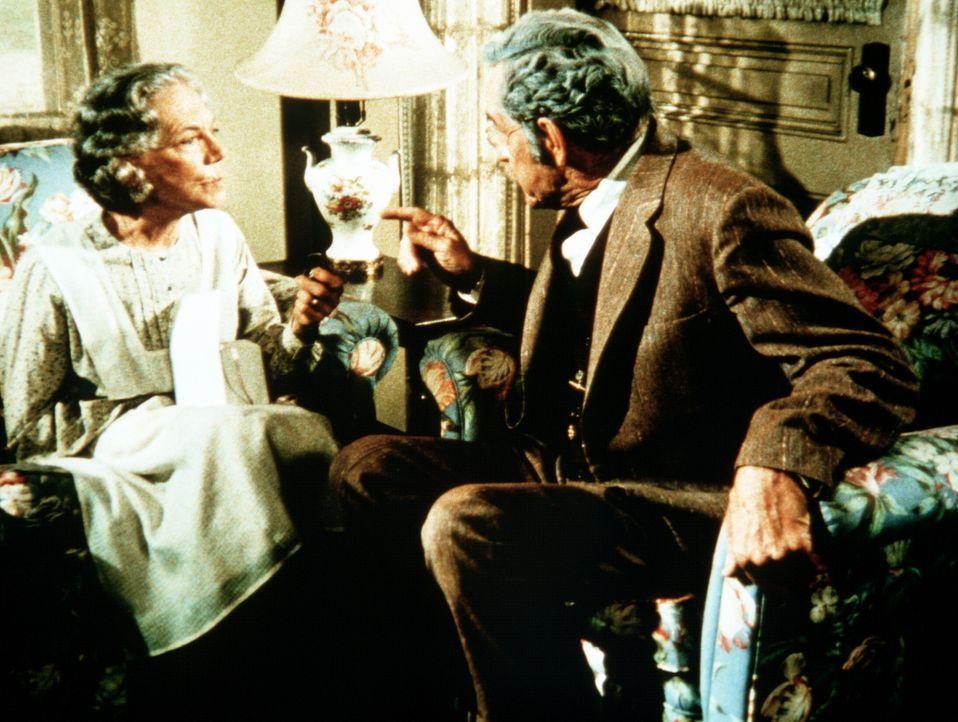 Großmutter Ester Walton (Ellen Corby, l.) sitzt nach vielen Jahren wieder ihrem Jugendfreund Marcus Dane (Arthur Space, r.) gegenüber. Beide haben s... - Bildquelle: WARNER BROS. INTERNATIONAL TELEVISION