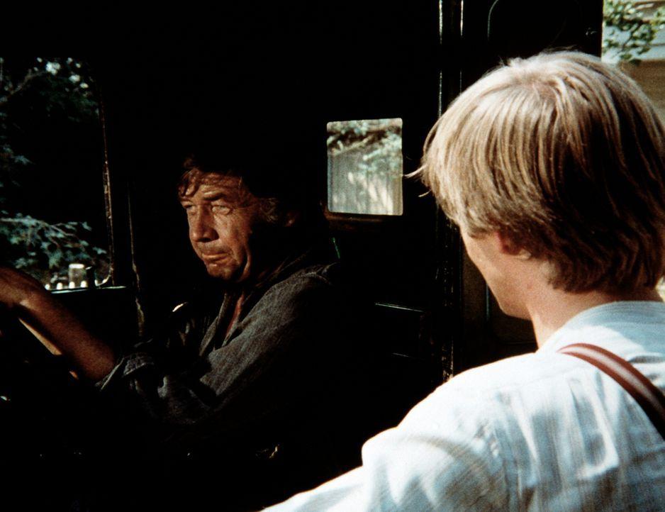 John-Boy (Richard Thomas, r.) kann nicht verstehen, dass sich sein Vater (Ralph Waite, l.) gegen die Anschuldigung, bei der Familie Claybourne zwei... - Bildquelle: WARNER BROS. INTERNATIONAL TELEVISION
