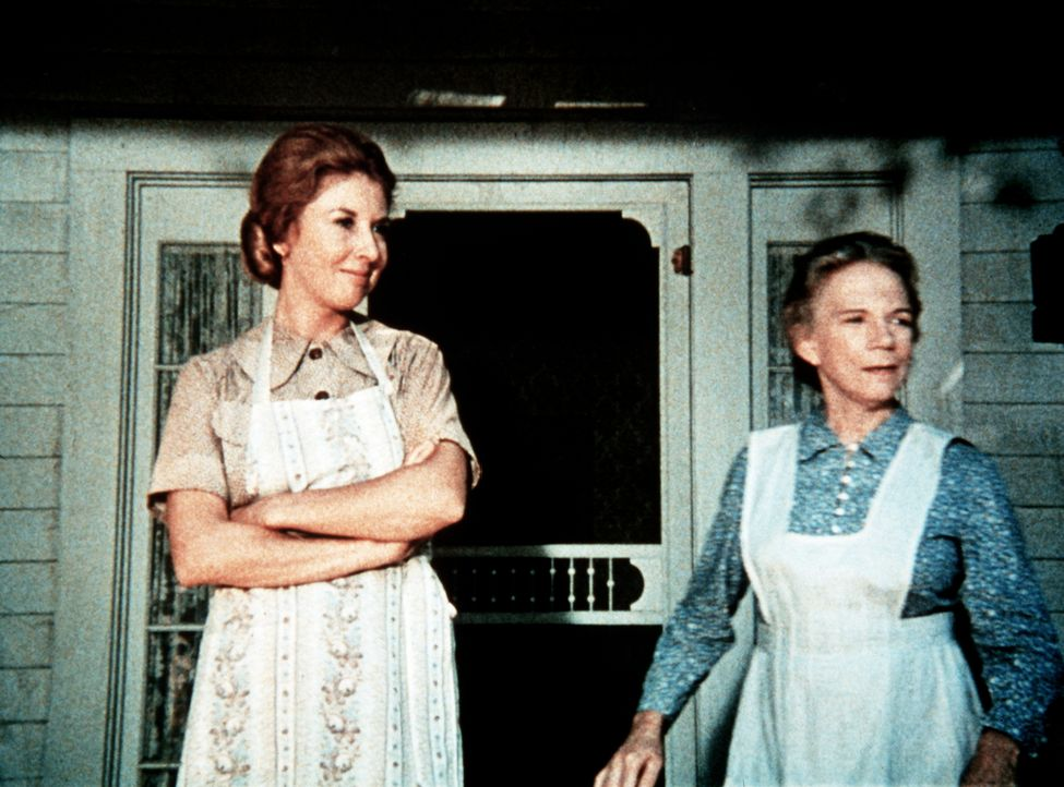 Großmutter Ester (Ellen Corby, r.) und Olivia Walton (Michael Learned, l.) verabschieden John-Boy, der kurzfristig die alte Maggie McKenzie zu einer... - Bildquelle: WARNER BROS. INTERNATIONAL TELEVISION