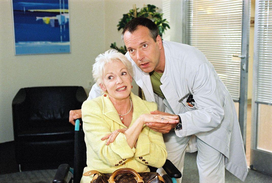 Dr. Stein (Christoph Schobesberger, r.) wird von Alice Salmbach (Anita Kupsch, l.) als potenzieller Kunde für ihre Partnervermittlung umworben. - Bildquelle: Noreen Flynn Sat.1