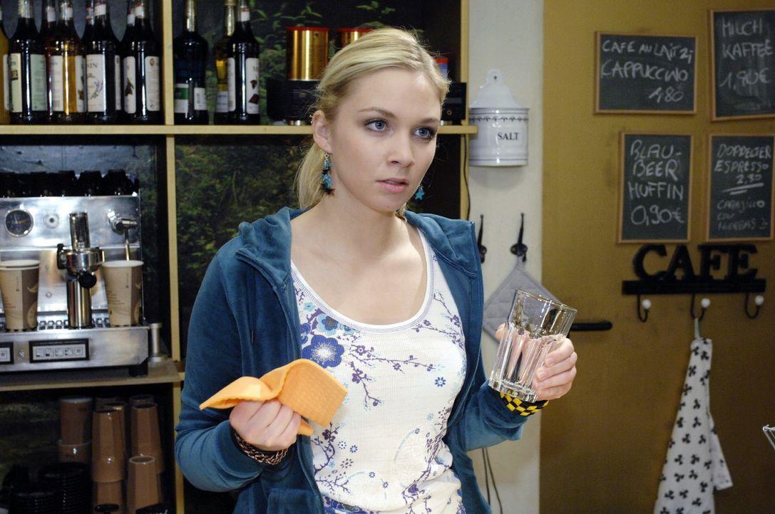 Lily (Jil Funke) droht damit, Robert die Wahrheit zu sagen ... - Bildquelle: Oliver Ziebe Sat.1