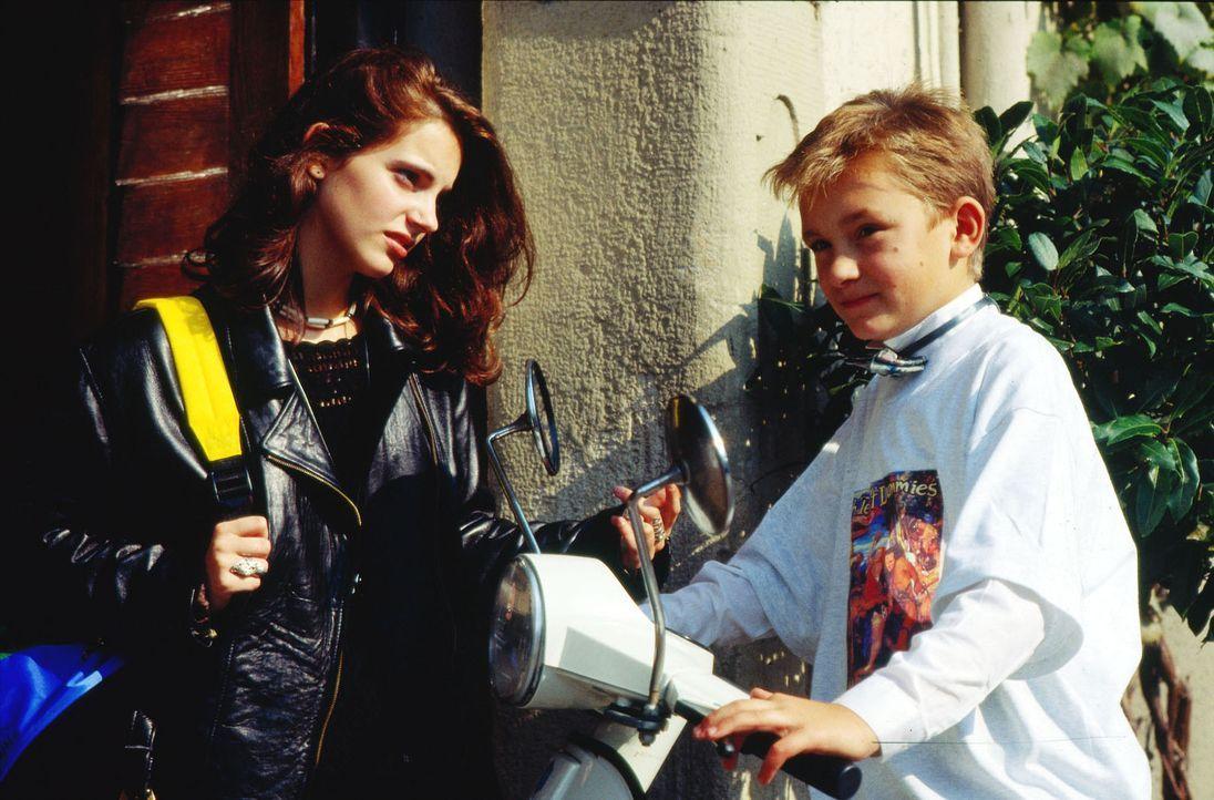 Der zehnjährige Philip (Dennis Westermann, r.) überredet seine 16-jährige Stiefschwester Michaela (Marie Zielcke, l.) zu einer Fahrt auf der neuen V... - Bildquelle: Bernd Spauke Sat.1
