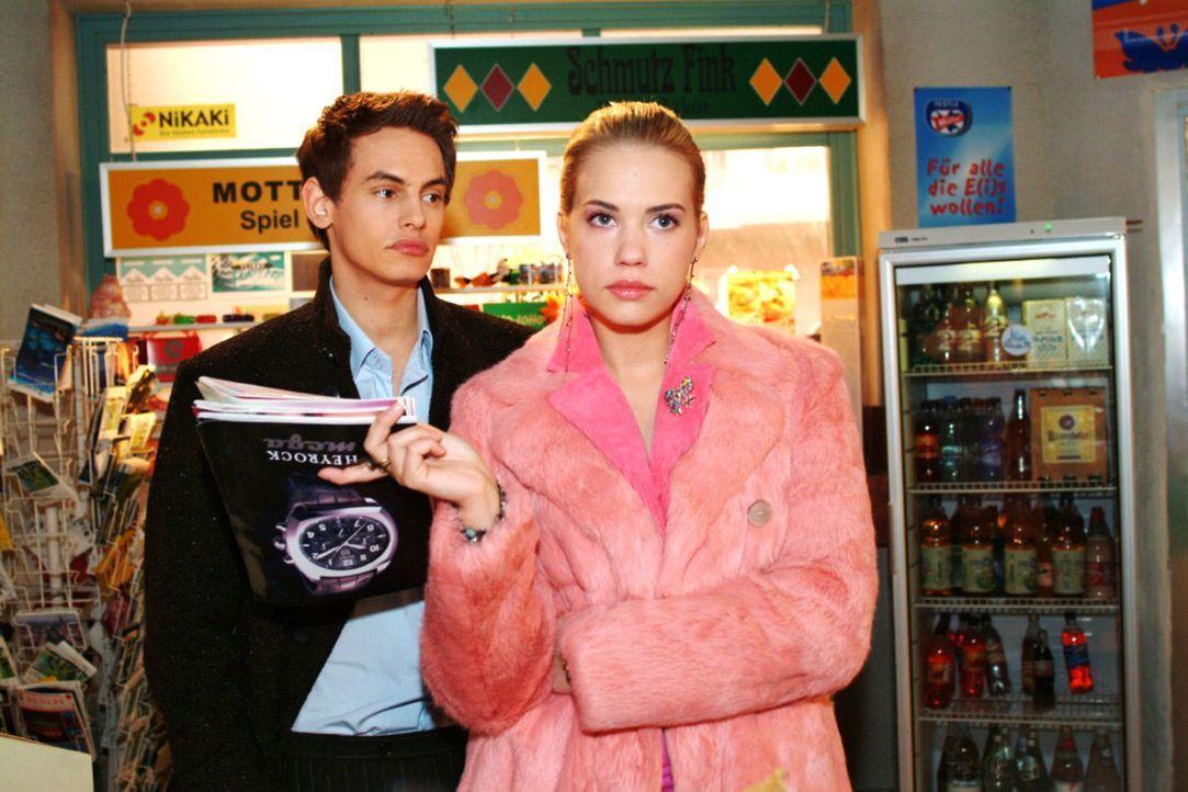 Kim (Lara-Isabelle Rentinck, r.) genießt es, dass Alex (Shai Hoffmann, l.) ihr aus der Hand frisst. - Bildquelle: Monika Schürle Sat.1