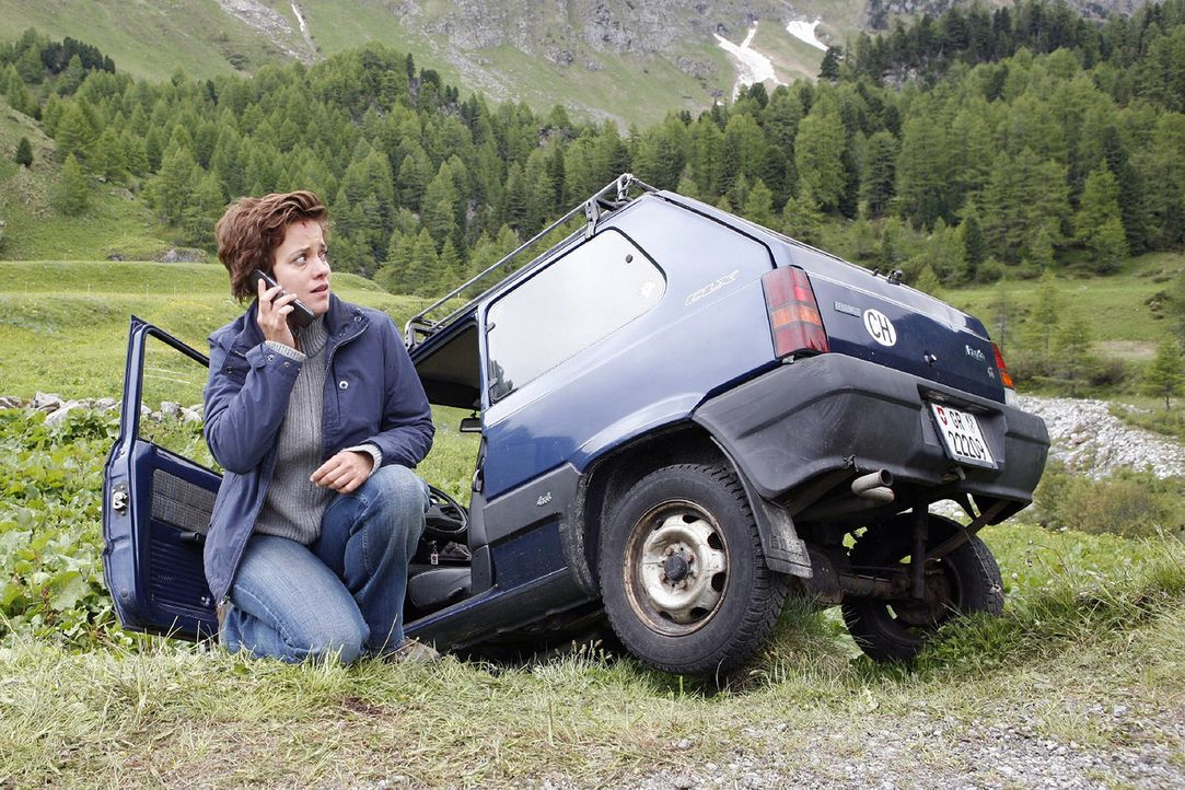 Als sie mit dem Bürgermeister telefoniert, hat Paula (Muriel Baumeister) einen Autounfall. Sie ist geschockt und weiß nicht, wo genau sie sich im Ge... - Bildquelle: Mara Truog Sat.1