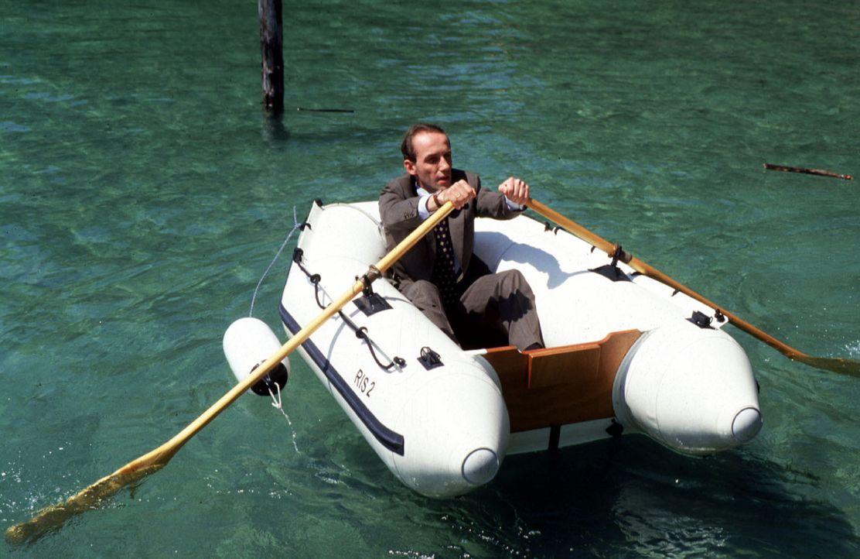 Stockinger (Karl Markovics) muss alleine sein, um nachdenken zu können. Dafür eignet sich die Seenlandschaft des Salzkammergutes sehr gut. Das Boot... - Bildquelle: Huber Sat.1