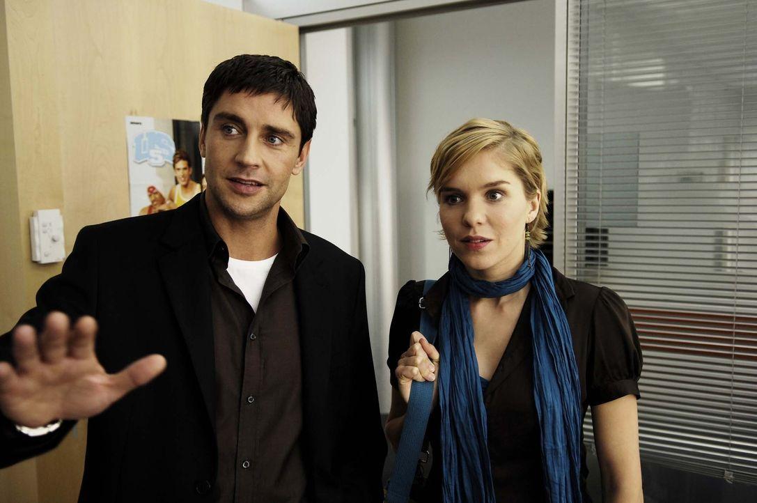 Vic (Anna Kubin, r.) ist begeistert, als Nik (Oliver Bootz, l.) ihr ihren neuen Arbeitsplatz zeigt … - Bildquelle: Gordon Mühle ProSieben