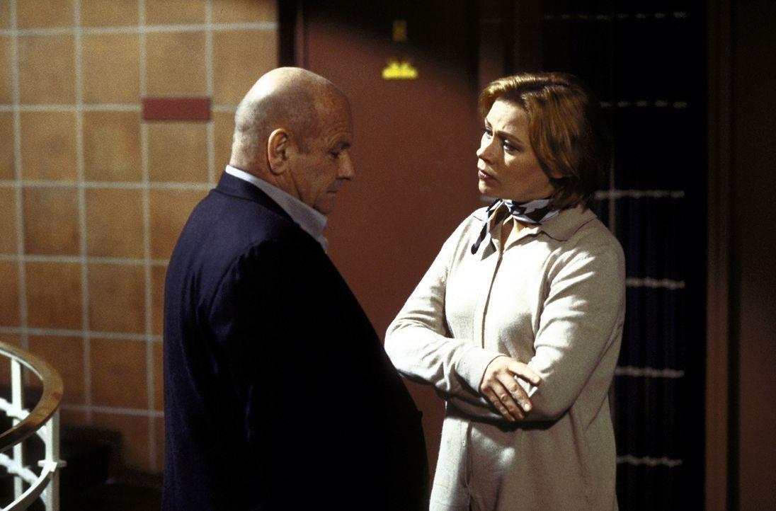 Nicht nur die Polizistin Lisa Herrmann (Jennifer Nitsch, l.) fragt sich, ob der Psychologe David Bornett (Klaus Löwitsch, r.) in die Morde verwickel... - Bildquelle: Meier