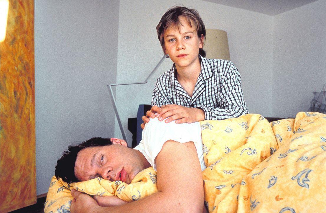 Eines Tages findet sich der angesehene Jurist Dr. Daniel Sternberg (Thomas Heinze, l.) im Körper seines zwölfjährigen Sohnes Fridolin (Max Felder, r... - Bildquelle: Rolf von der Heydt ProSieben