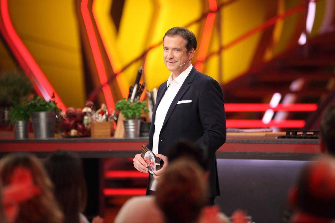 Sternekoch Alexander Herrmann lässt in jeder Sendung einen Hobbykoch mit drei erprobten Gerichten gegen drei Profiköche antreten ... - Bildquelle: Frank Hempel SAT.1