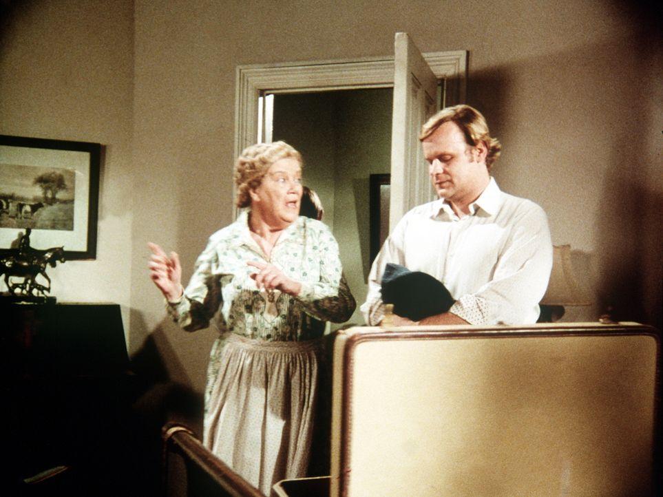 Der Schriftsteller A.J Covington (George Dzundza, r.) kommt mit einem Filmteam nach Waltons Mountain. Er mietet sich bei Mrs. Brimmer (Nora Marlowe,... - Bildquelle: WARNER BROS. INTERNATIONAL TELEVISION