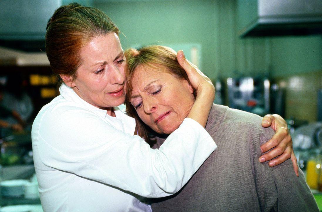Psychiatrie-Patientin Klara Huberer (Brigitta Köhler, r.) ist von der Ankunft des neuen Mitpatienten, Professor Roth, nicht begeistert. Sie rastet a... - Bildquelle: Magdalena Mate Sat.1