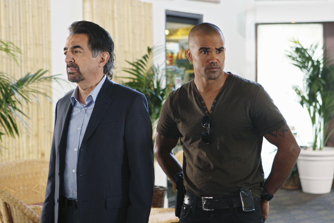 In einem Ferienhotel werden während des Spring Breaks zwei Stundenten ermordet aufgefunden. Derek (Shemar Moore, r.), Rossi (Joe Mantegna, l.) und i... - Bildquelle: Monty Brinton 2009 ABC Studios. All rights reserved. NO ARCHIVE. NO RESALE. / Monty Brinton