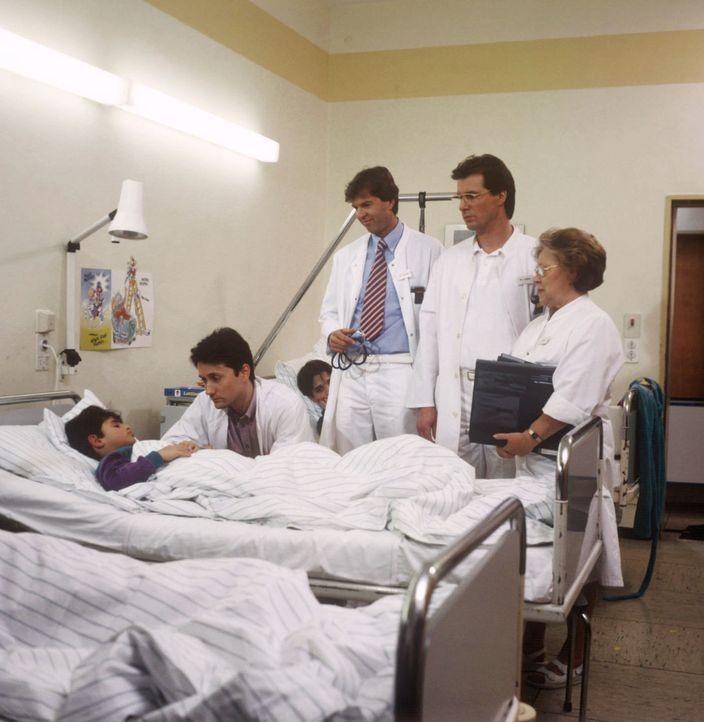 Bei einer Visite versucht Dr. Markus Kampmann (Ulrich Reinthaller, 2.v.l.) erfolgreich, den kleinen Fuad (Rolam Jacobs, l.) aufzumuntern. Während Dr... - Bildquelle: Janis Jatagandzidis Sat.1