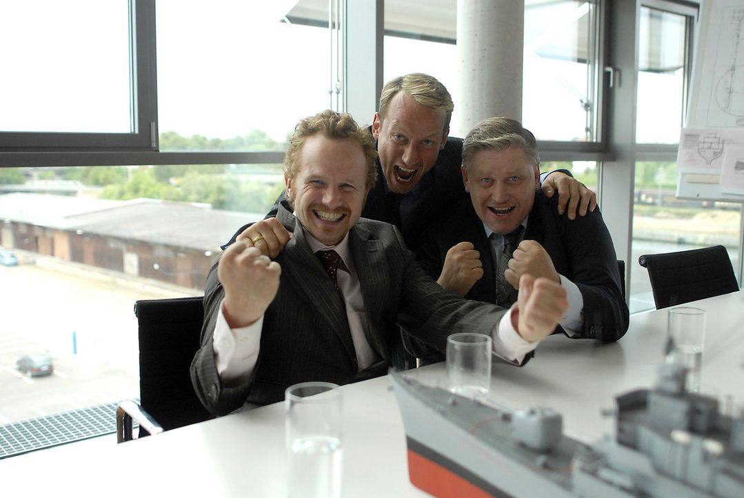 Paul (Wotan Wilke Möhring, M.), Stulle (Christian Näthe, l.) und Kai (Arved Birnbaum, r.) haben endlich eine Idee, wie sie ihre Werft - und ihre Job... - Bildquelle: Romano Ruhnau Sat.1