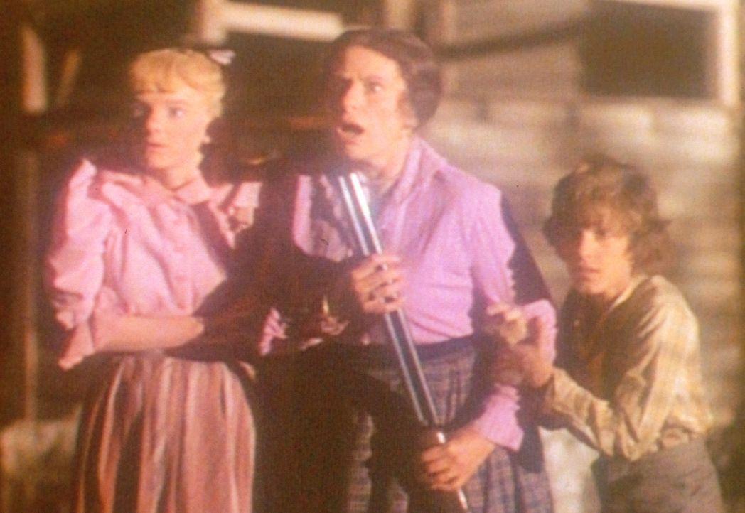 Mrs. Oleson (Katherine McGregor, M.), Nellie (Alison Arngrim, l.) und Willie (Jonathan Gilbert, r.) trauen ihren Augen nicht. Aus dem See taucht ein... - Bildquelle: Worldvision