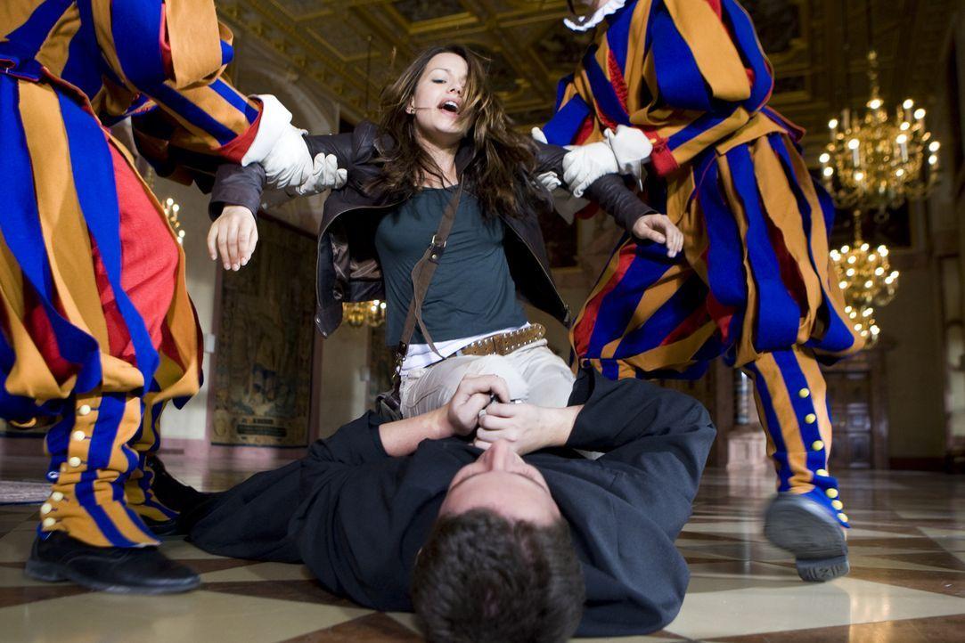 Eiskalt sticht der verblendete Vater Frederikus (Marian Meder, liegend) auf den Papst ein. Erst spät kann Johanna (Cosma Shiva Hagen, hinten) ihm de... - Bildquelle: Olaf R. Benold ProSieben