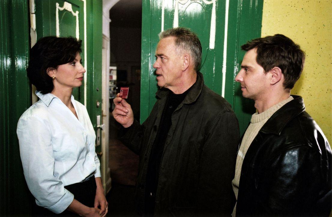 Wolff (Jürgen Heinrich, M.) und Tom (Steven Merting, r.) befragen Greta Wilcke (Marijam Agischewa, l.) zu ihrem Verhältnis mit Max Hertzog. - Bildquelle: Claudius Pflug Sat.1