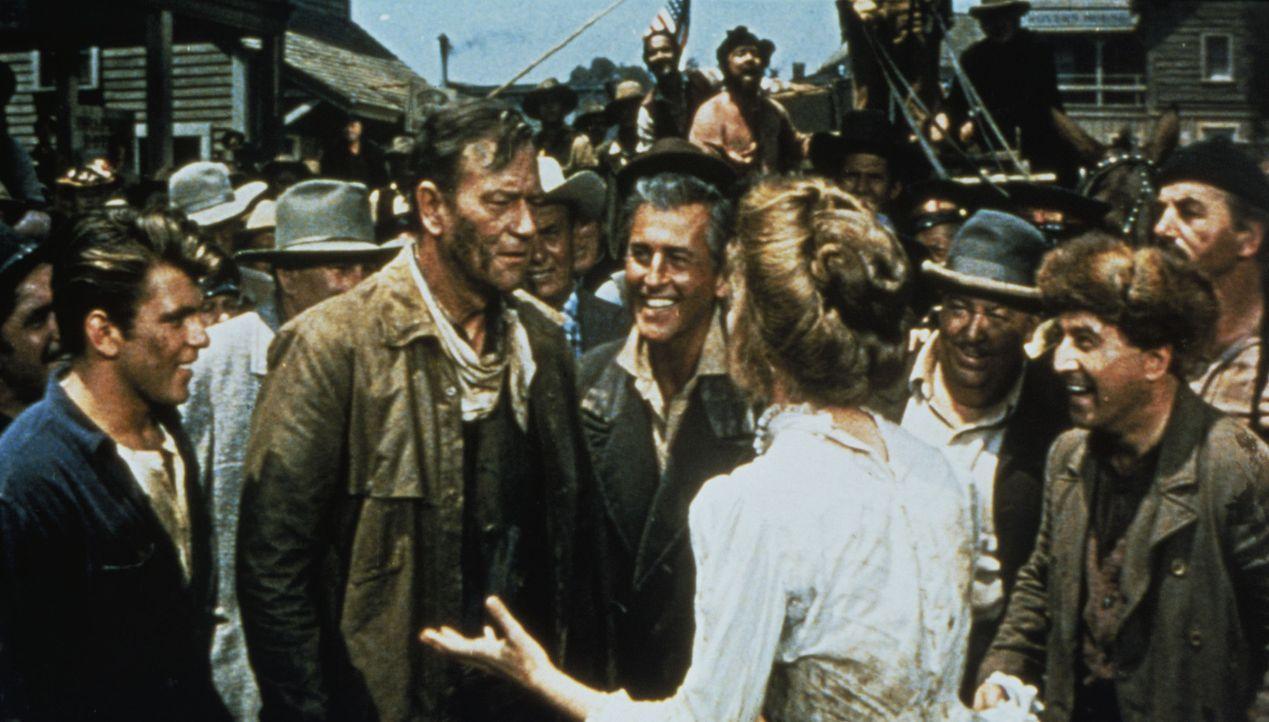 Sam (John Wayne, 2.v.l.) ist fassungslos, aber George (Stewart Granger, 3.v.l.) und sein Sohn Billy (Fabian, l.) holen Angel (Capucine, vorne) zurüc... - Bildquelle: 1960 Twentieth Century Fox Film Corporation.