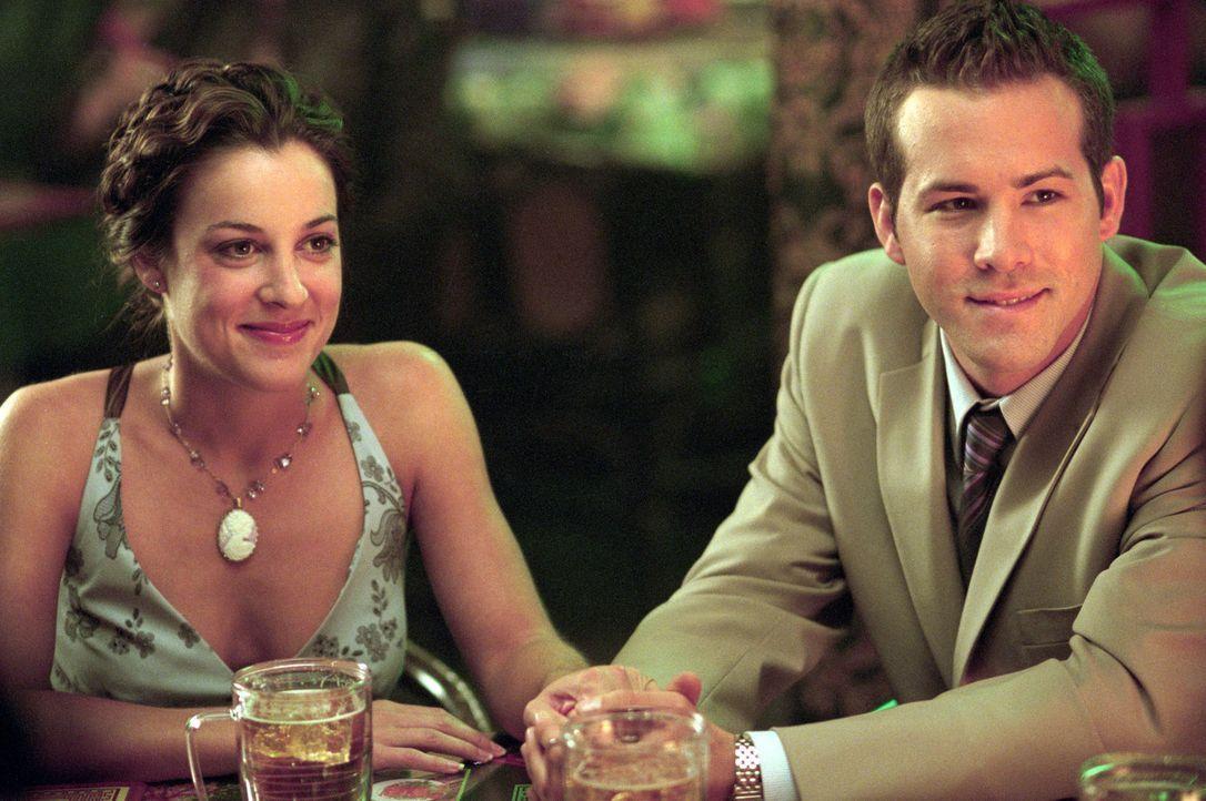 Hoffen auf eine friedliche Hochzeitsfeier: Mark (Ryan Reynolds, r.) und Melissa (Lindsay Sloane, l.) ... - Bildquelle: Warner Bros.