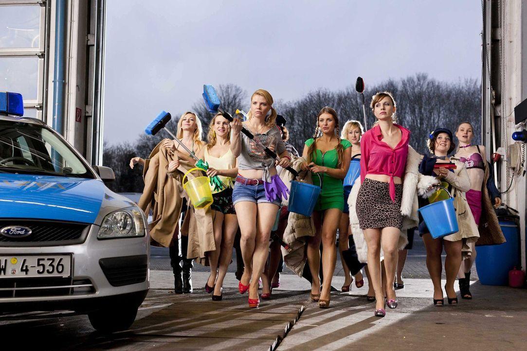 Um Dannis Kopf aus der Schlinge zu ziehen, müssen sich die Mädels vom Jungesellinnen-Abschied ganz schön ins Zeug legen: Danni (Annette Frier, vorne... - Bildquelle: Frank Dicks SAT.1