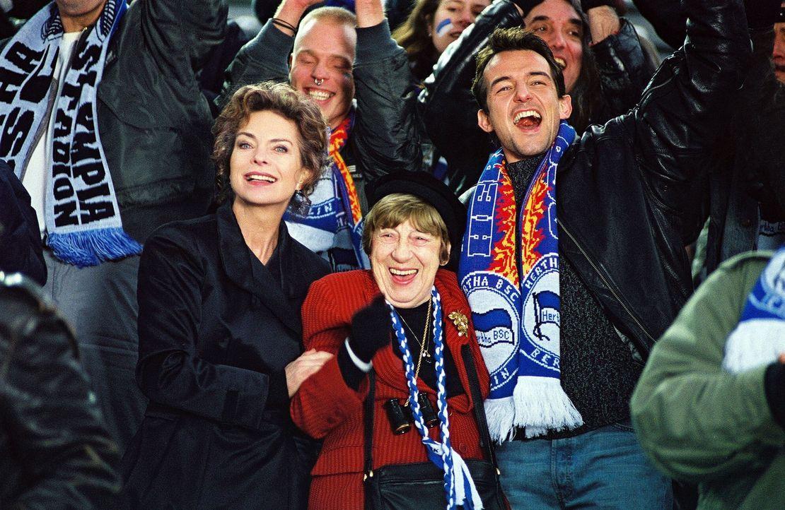 Uwe (Hans Werner Meyer, r.) sieht sich mit Anna (Gudrun Landgrebe, l.) und Charlotte Lenz (Christel Peters, M.) ein Fußballspiel an. - Bildquelle: Volker Roloff Sat.1