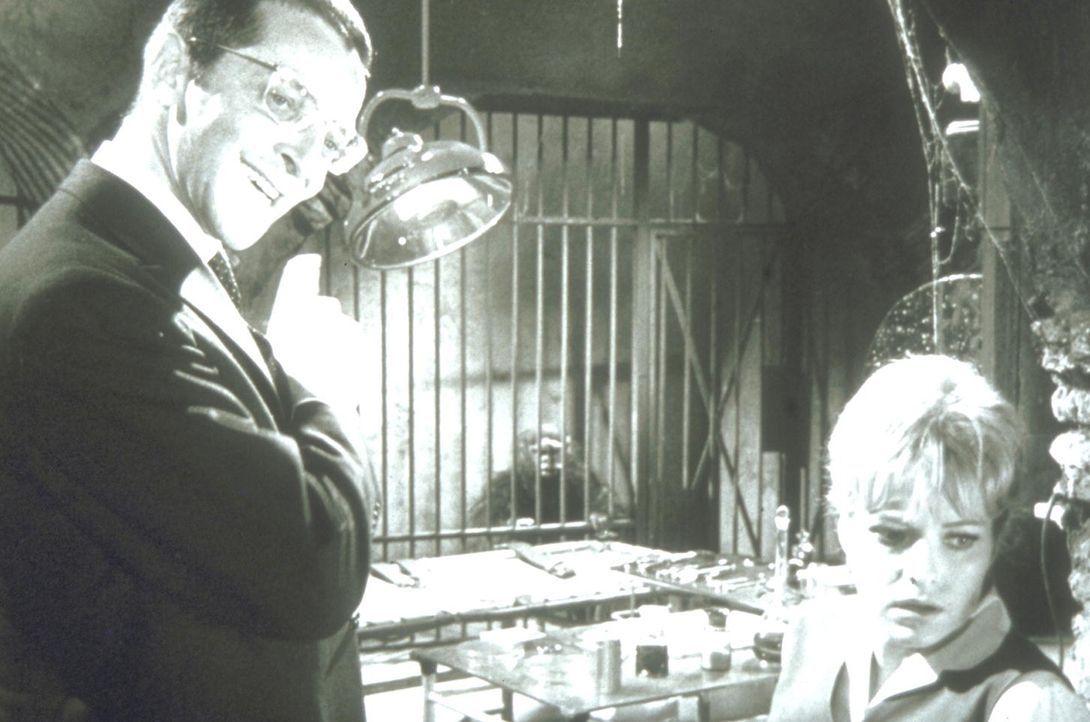 Dr. Staletti (Pinkas Braun, l.) hält in einem Keller nicht nur die hübsche Sybil (Sabina Sesselmann, r.) gefangen, sondern auch einen manipulierten... - Bildquelle: Constantin Film