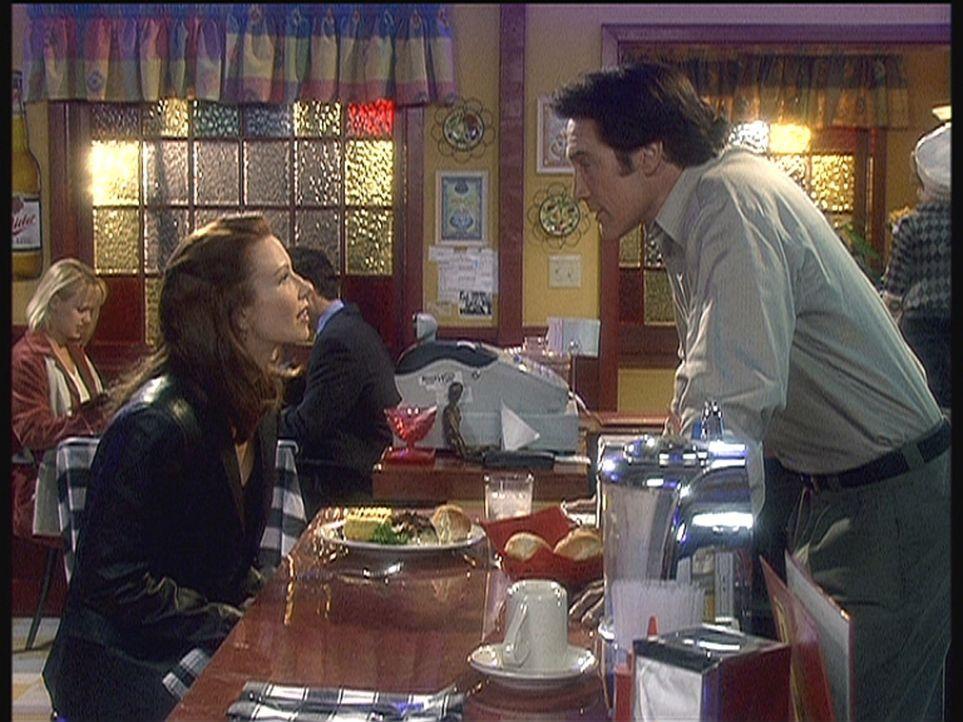 Steve (Barry Van Dyke, r.) versucht Abby (Challen Cates, l.), die seiner großen Liebe Lily zum Verwechseln ähnlich sieht, näher zu kommen. - Bildquelle: Viacom
