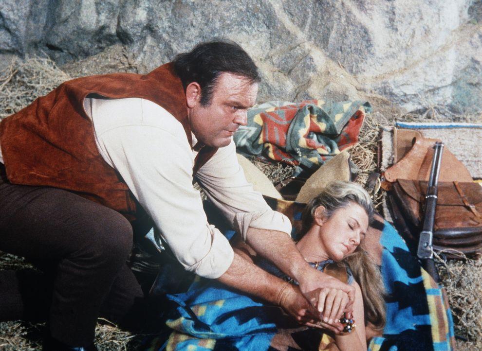 Erins (Mary Fickett, r.) Verletzung hat sich schwer entzündet. Hoss (Dan Blocker, l.) pflegt das hübsche Mädchen, das bei den Indianern aufgewachsen... - Bildquelle: Paramount Pictures