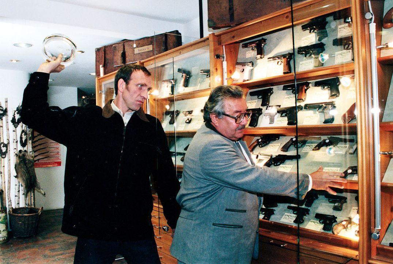 Peter Rogner (Jochen Nickel, l.) überfällt den Verkäufer eines Waffengeschäftes (Tamàs Ferkai, r.), um eine Pistole zu klauen ... - Bildquelle: Ali Schafler Sat.1