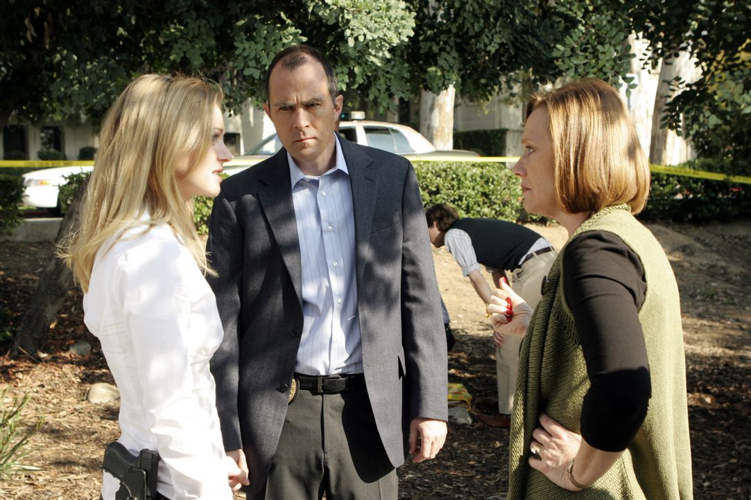 Um den Täter fassen zu können, wird Suzanne Cole (Moira Price, r.) von 'JJ'  (AJ Cook, l.) und Det. Jim Griffith (Shawn Michael Patrick, M.) über di... - Bildquelle: Michael Desmond 2007 ABC Television Studio. All rights reserved. NO ARCHIVE. NO RESALE. / Michael Desmond