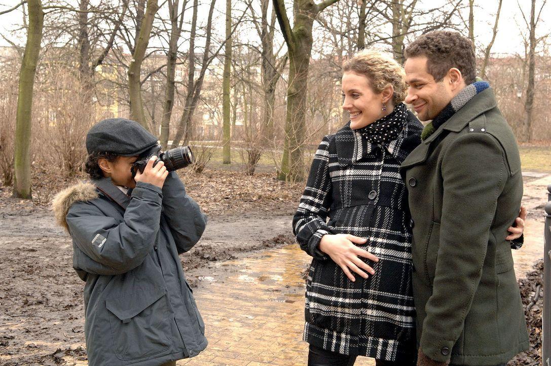 Auf dem Weg zu einem Termin geben Jannick (Mike Adler, r.) und Maja (Barbara Lanz, M.) einem unbekannten Jung-Fotografen (Miles Lawson, l.) Schützen... - Bildquelle: Claudius Pflug Sat.1