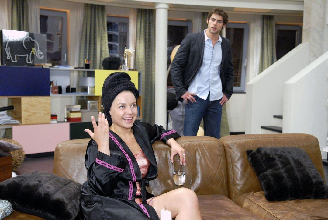 Katja (Karolina Lodyga, l.) versucht ihr schlechtes Gewissen vor Jonas (Roy Peter Link, r.) zu überspielen. - Bildquelle: Christoph Assmann Sat.1