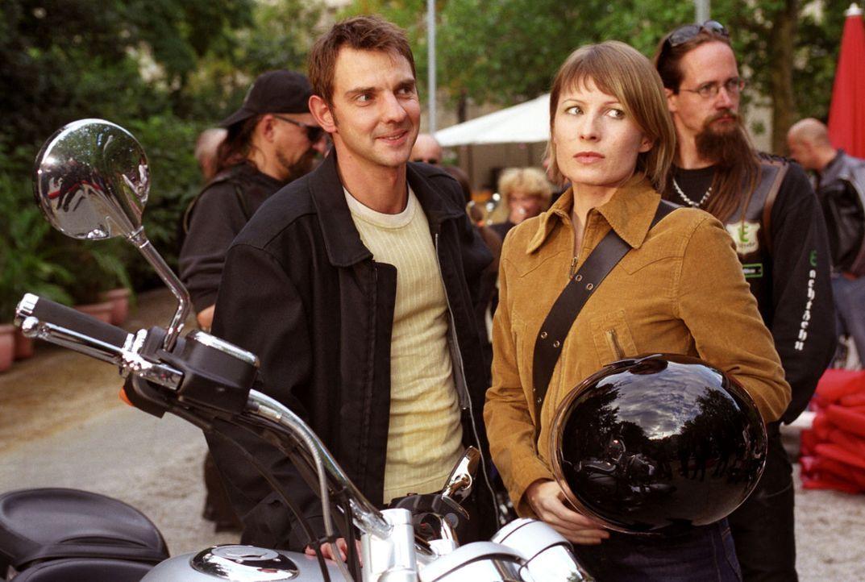 Tom (Steven Merting, l.) hat Verena (Nadine Seiffert, r.) zu einem Biker-Treffen eingeladen. Als sie ankommen, ist Verena angesichts der vielen Bike... - Bildquelle: Claudius Pflug Sat.1