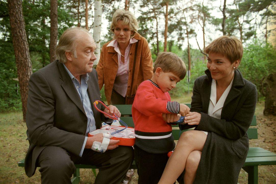 Prof. Berner (Martin Lüttge, l.) ist froh, seine Tochter Sonja (Janette Rauch, 2.v.l.) und seinen Enkel Marcel (Sebastian Breuneval, 2.v.r.) zu sehe... - Bildquelle: Noreen Flynn Sat.1